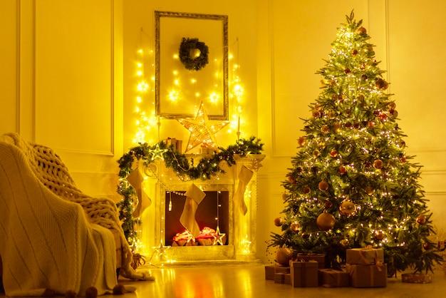 Weihnachtsinnenraum mit kamin