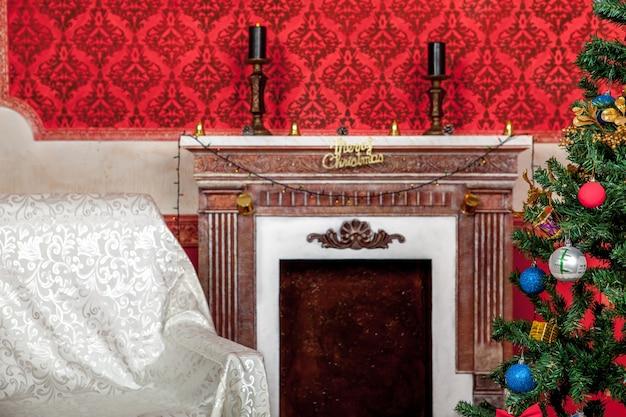 Weihnachtsinterieur in rotem vintage-zimmer-studioaufnahme