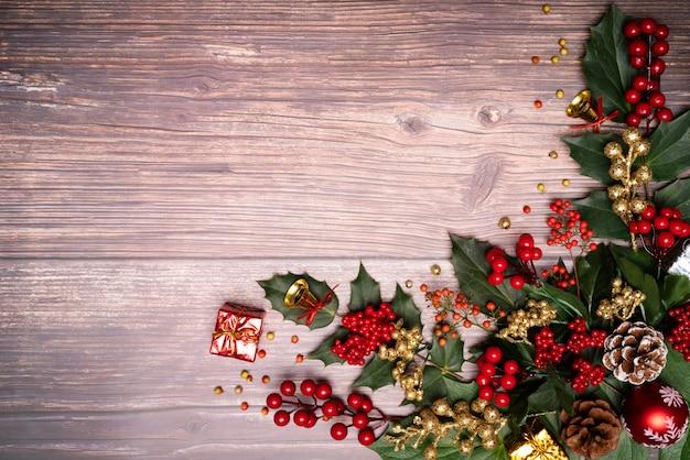 Weihnachtsjahreszeithintergrund und guten rutsch ins neue jahr auf hölzernem hintergrund