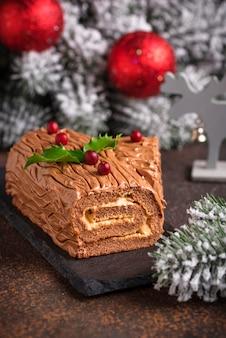 Weihnachtsjulblockkuchen. traditioneller schokoladendessert