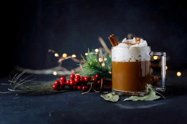 Weihnachtskaffee mit zimt und schaum