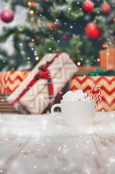 Weihnachtskakao mit eibischen und süßigkeiten. tiefenschärfe.