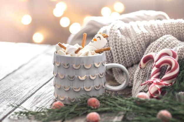 Weihnachtskakaokonzept mit marshmallows auf einem hölzernen hintergrund in einer gemütlichen festlichen atmosphäre