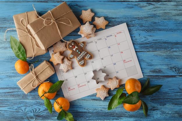 Weihnachtskalender auf blauer tabelle