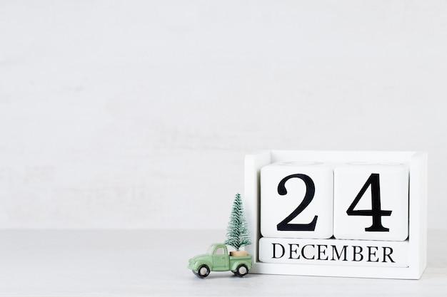 Weihnachtskalender auf dem tisch