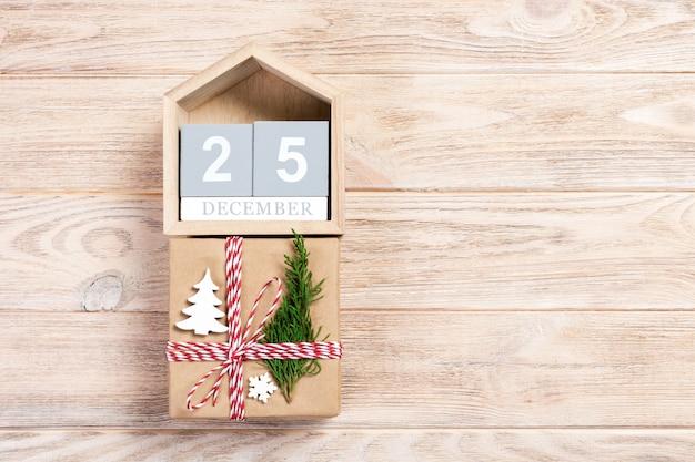 Weihnachtskalender mit weihnachtsgeschenk und tannenzweig