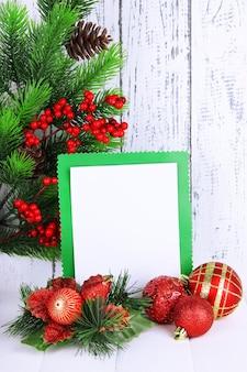 Weihnachtskarte auf holztisch
