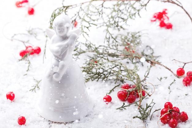 Weihnachtskarte auf weißem snowy-hintergrundengel bell