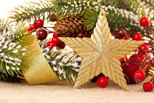 Weihnachtskarte. grenze von dekoration auf sackleinen-hintergrund