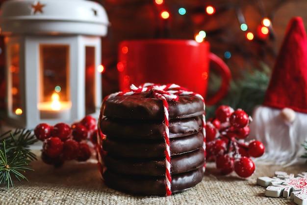 Weihnachtskarte im hygge-stil mit der aufschrift merry christmas bokeh cookies und dem kleinen gnom