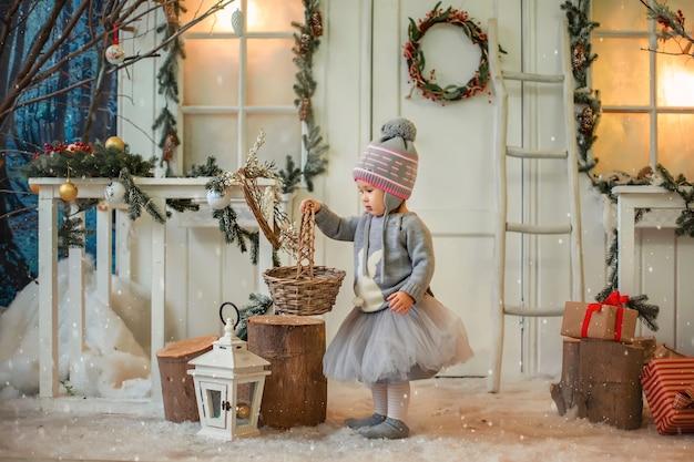 Weihnachtskarte mit einem kleinen mädchen.