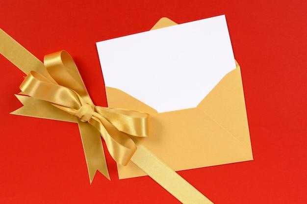 Weihnachtskarte mit goldenen geschenkbogen