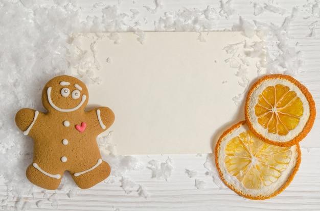 Weihnachtskarte mit lebkuchen und getrockneter orange