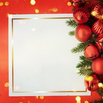 Weihnachtskarte mit platz und weihnachtsdekoration