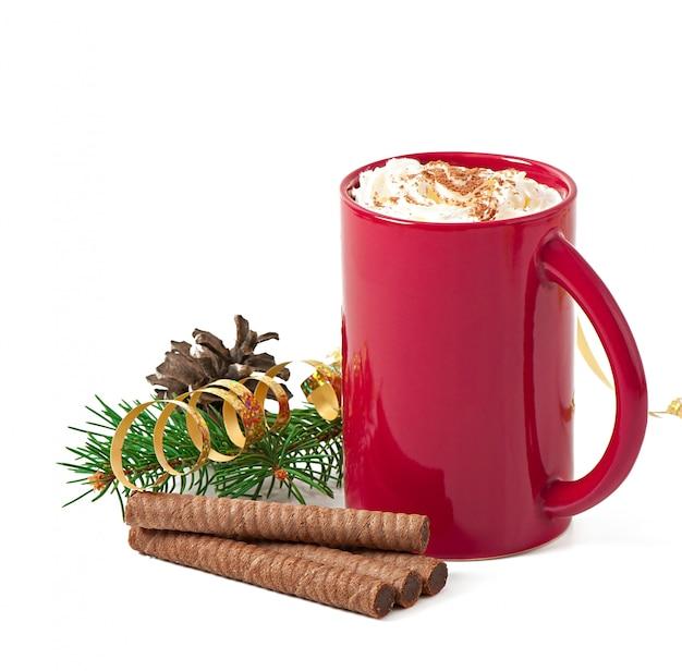 Weihnachtskarte mit roter kaffeetasse mit schlagsahne gekrönt