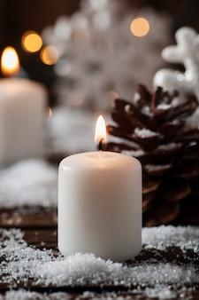 Weihnachtskarte mit schnee und bällen, selektiver fokus