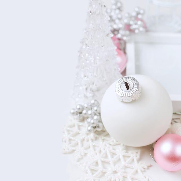 Weihnachtskarte mit schönen rosa und weißen verzierungen
