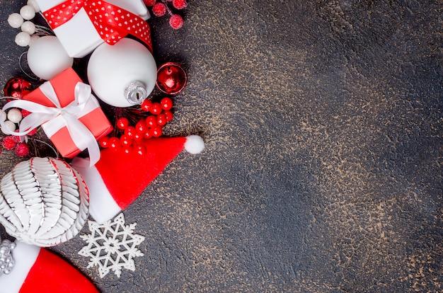 Weihnachtskarte mit schönen roten und weißen dekorationen