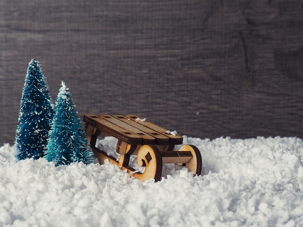 Weihnachtskarte mit zwei grünen bäumen auf hintergrund. schleppseilspielzeugweihnachtsbäume auf rotem hintergrund als weihnachtspostkarte oder -karte