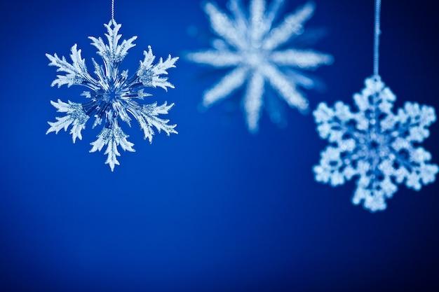 Weihnachtskarte. schneeflocken auf blauem hintergrund