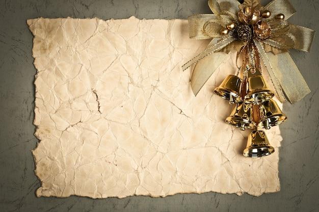 Weihnachtskarte. vintage-rahmen mit goldenen verzierungen auf altem papierhintergrund