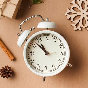 Weihnachtskarte weißer wecker das konzept von silvester