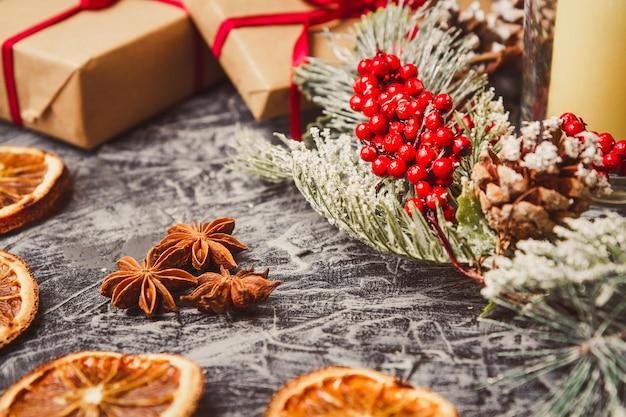 Weihnachtskartenkonzept mit feiertagsdekor auf grauem konkretem hintergrund