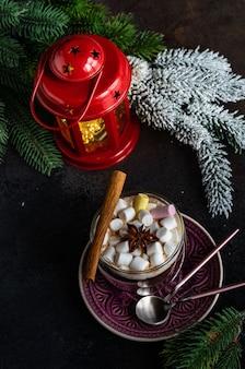 Weihnachtskartenkonzept mit festlichem dekor