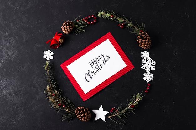 Weihnachtskartenmodell auf schwarzem hintergrund