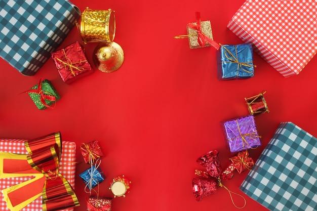Weihnachtskastadendekoration auf dem roten boden draufsicht und haben kopienraum.