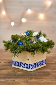 Weihnachtskasten mit den zweigen für das neue jahr des feiertags