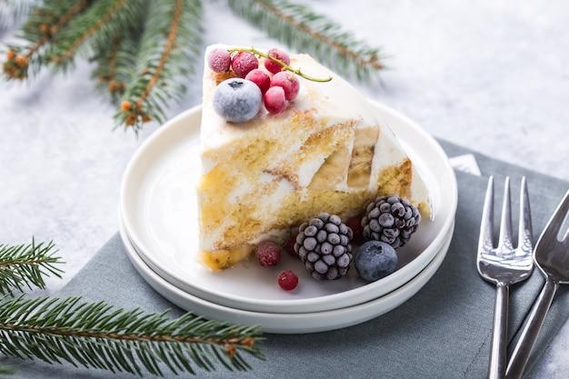 Weihnachtskekskuchen mit moosbeeren und dekorationen des neuen jahres auf a.