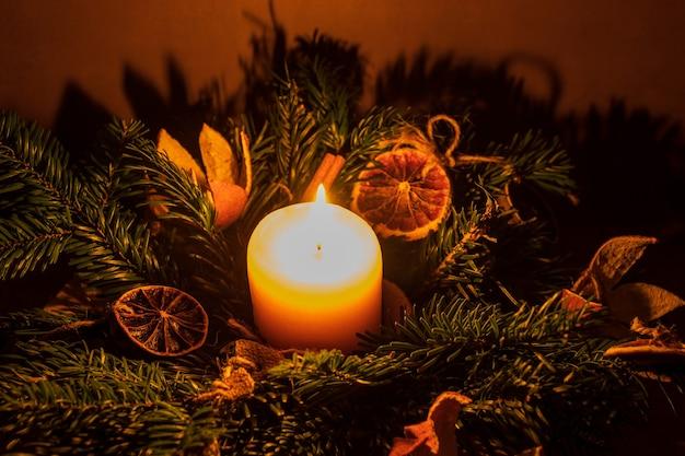 Weihnachtskerze mit geschenkansicht. weihnachtsdekoration. dekoration für weihnachten. weihnachtskerze
