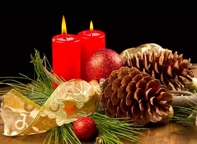 Weihnachtskerze mit tannenzapfen