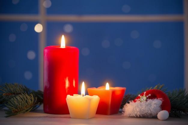 Weihnachtskerzen am nachtfenster