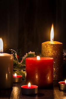 Weihnachtskerzen auf holztisch. schwachem licht.