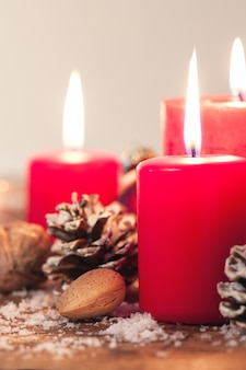 Weihnachtskerzen mit weihnachtsschmuck, weihnachten oder neujahr atmosphäre, selektiven fokus, horizontal