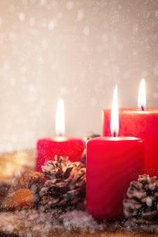 Weihnachtskerzen mit weihnachtsschmuck, weihnachten oder neujahr atmosphäre, selektiven fokus