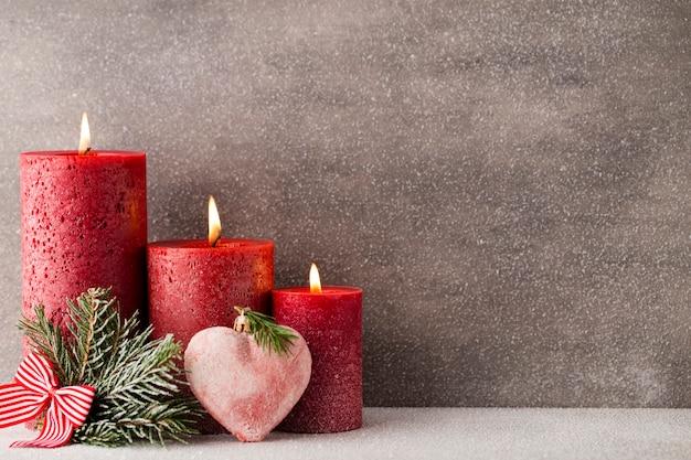 Weihnachtskerzen und dekorationen