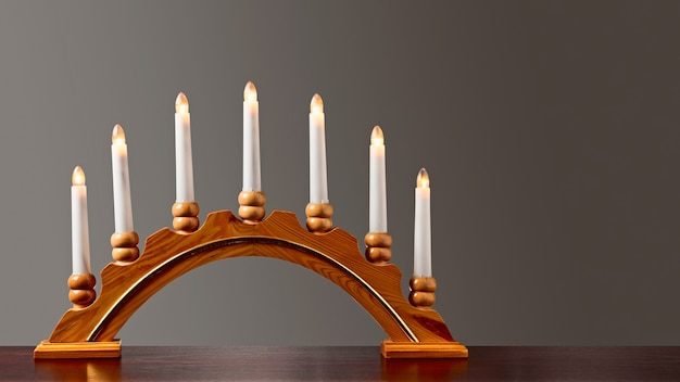 Weihnachtskerzen und kerzenständer auf der fensterbank lichter und dekoration für die adventszeit