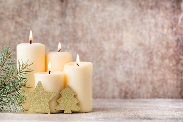 Weihnachtskerzen und lichter. weihnachtshintergrund.