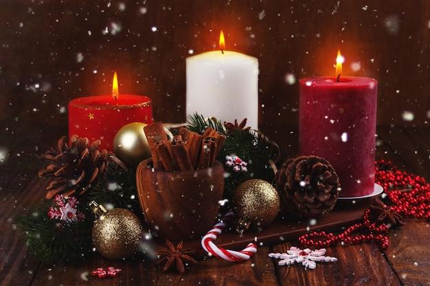 Weihnachtskerzen und ornamente