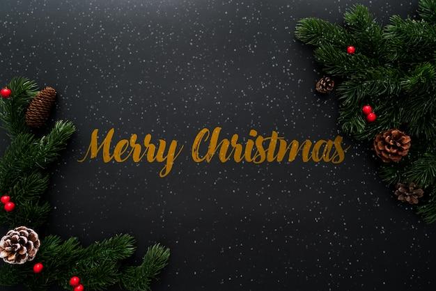 Weihnachtskiefer mit weihnachtsdekoration auf schwarzem hintergrund
