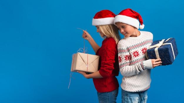 Weihnachtskinder stehen rücken an rücken
