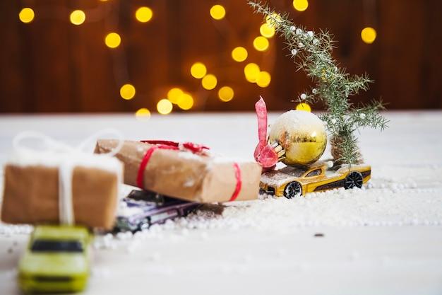 Weihnachtskisten auf spielzeugautos