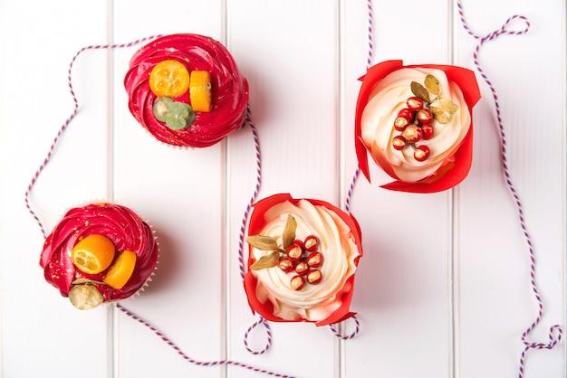 Weihnachtskleine kuchen mit dekoration