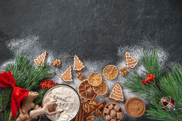 Weihnachtskochhintergrund mit ingwerplätzchen und -bestandteilen