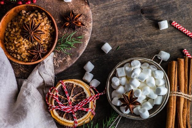 Weihnachtskochkonzept mit lebensmittelzutaten auf rustikalem hintergrund