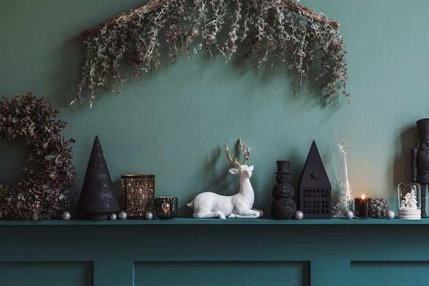 Weihnachtskomposition auf dem regal im wohnzimmerinnenraum. schöne dekoration. weihnachtsbäume, kerzen, sterne, licht und elegante accessoires. frohe weihnachten und schöne feiertage, vorlage.