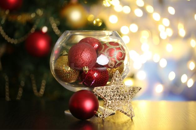 Weihnachtskomposition auf dem tisch auf hellem hintergrund